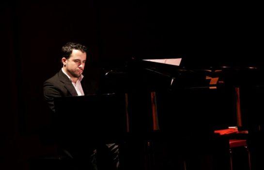 Cantor e Pianista Fernando de Castro se apresenta no Hotel Toriba em Campos do Jordão